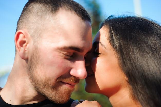 Молодая красивая пара в любви позирует открытый в городе.