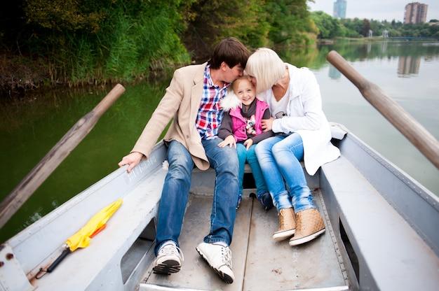 ボートに乗って素敵な家族の肖像画。