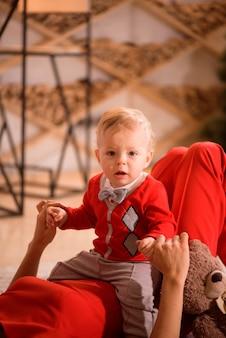 クリスマス、休日、家族のコンセプト-幸せな母と子は家で遊ぶ。