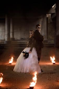 Одетый в свадебную одежду романтическая пара зомби.