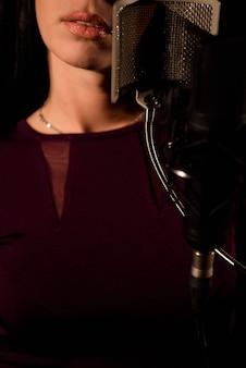 マイクの前で若い女性歌手。