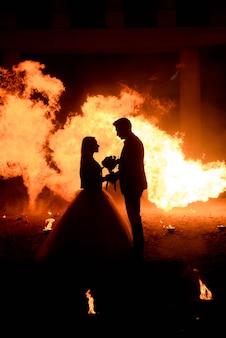 Свадебная пара в средневековых костюмах с макияжем в стиле вампира