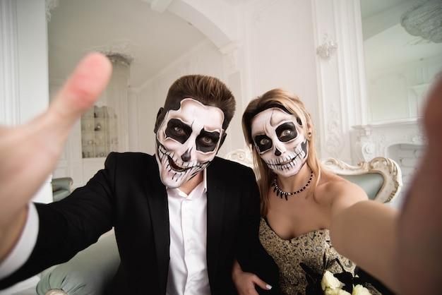 ハロウィーンゾンビパーティーとホラー。化粧品でハロウィンカップル