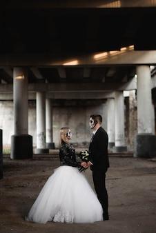 ハロウィンカップル。ロマンチックなゾンビの結婚式の服に身を包んだ
