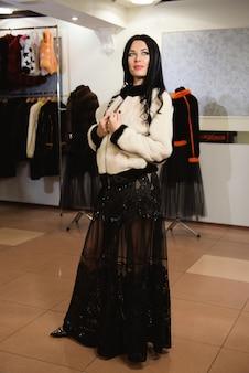 Фото сексуальной красавицы в меховой одежде в магазине