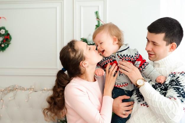 Счастливая семья празднует новый год вместе