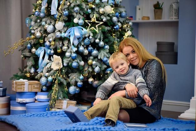 幸せな母と息子の肖像画はクリスマスを祝います。年末年始
