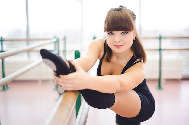 ダンサーはバレエのクラスで練習をしています