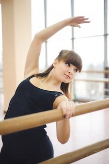 Танцор делает упражнения в балетном классе