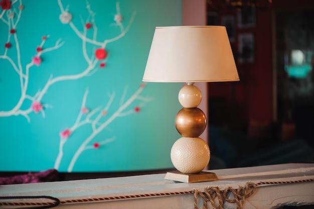 Роскошный отель, лобби и мебель, лампа на столе