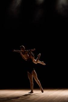アクロバットダンス。アクロバットの要素と踊る。ダンスサポートをしている女の子。