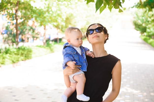 Счастливая любящая семья. мать и ее мальчик в парке.