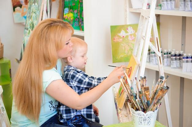 母と子が絵の具を描く、アートレッスン