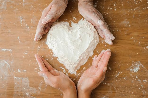 Шеф-повар готовит тесто. процесс приготовления, работа с мукой