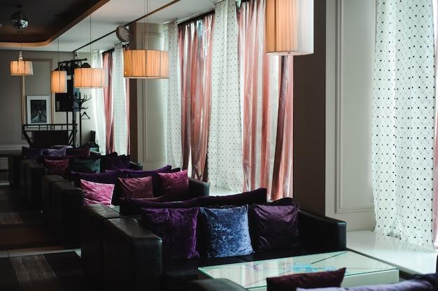 Роскошный отель, лобби и мебель, диваны у окна