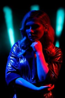 ナイトクラブのステージに立っている歌手。