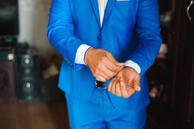 青年実業家は、パートナーとの会議の前にスーツを着ています。