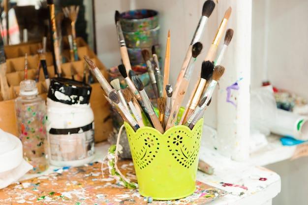 Используются краски для палитры, акварели, кисти - урок искусства.