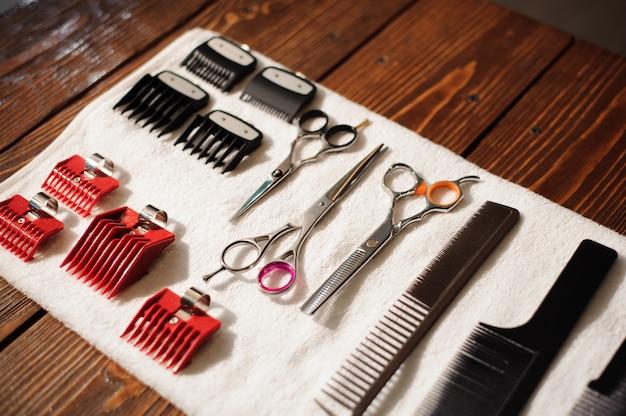 Парикмахерские инструменты на полотенце