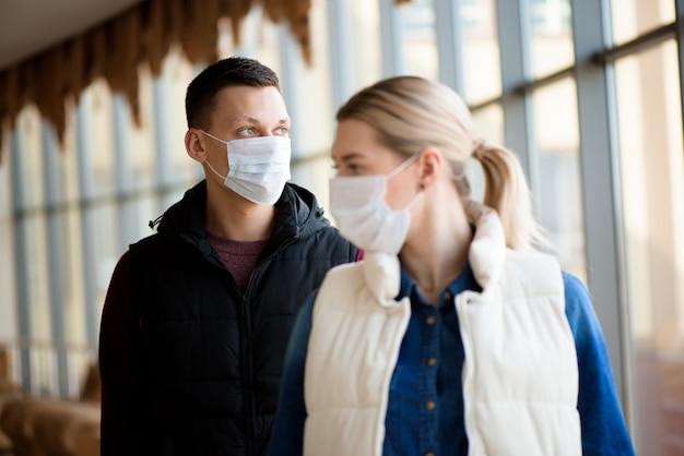 Понятие о коронавирусном карантине. , новый коронавирус, мужчина и женщина с медицинской маской