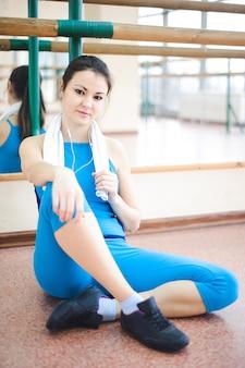 若い健康な女性のフィットネスで水を飲む