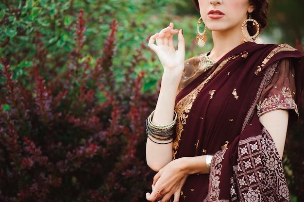 一時的な刺青は美しいインドの女性の手をカバーしています