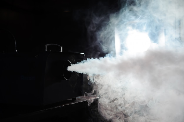 Дым машина в действии, огни в дыму