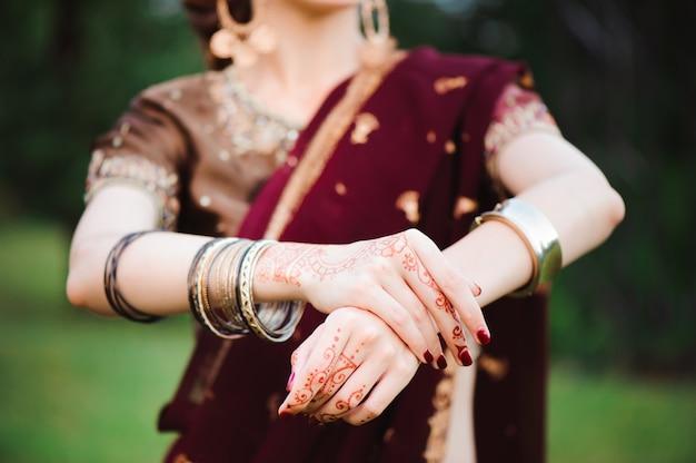 一時的な刺青。黒のヘナの入れ墨を持つ女性の手。インドの国の伝統。