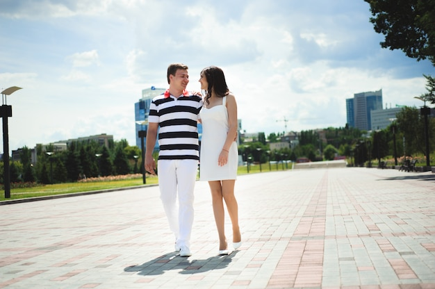 恋愛関係が大好きです。カップルが公園で一緒に時間を過ごす