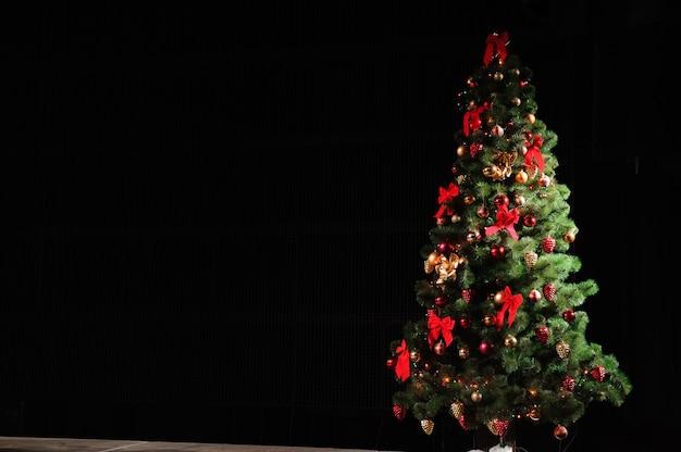 Украшенная елка на черном фоне