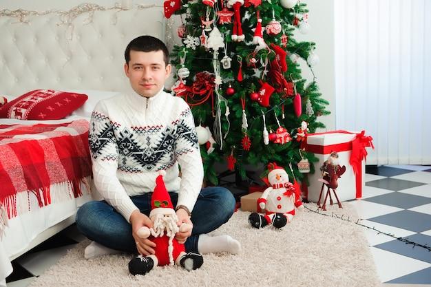 クリスマスツリーでポーズの男