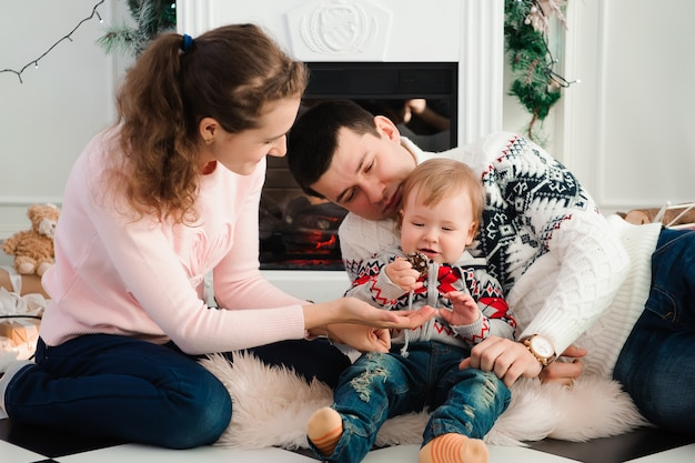 暖炉のそばで遊ぶ家族
