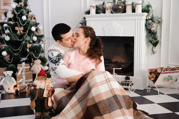 クリスマスツリーの近くの恋人のカップル