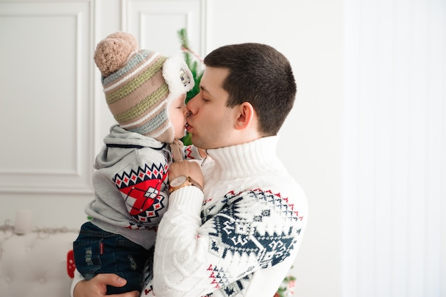 父は彼の男の子にキス
