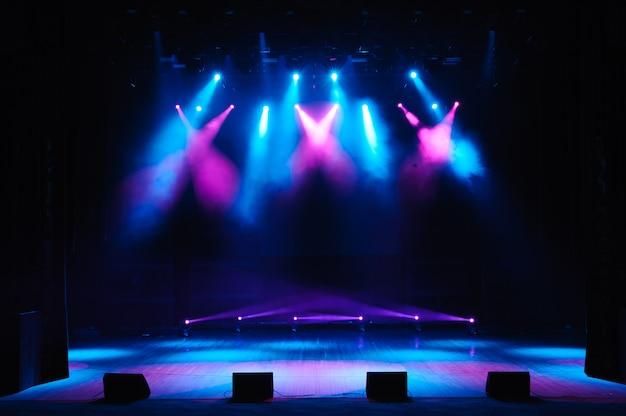 照明、照明器具を備えた無料ステージ。夜のショー。