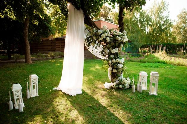 Оформление свадебной церемонии, красивый свадебный декор, цветы