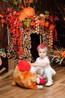 Красивая маленькая девочка с игрушкой улыбается