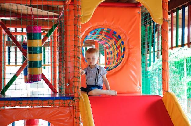 子供のためのカラフルなプラスチックボールのある屋内遊び場