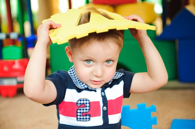 室内におもちゃが置かれている現代の子供の遊び場。