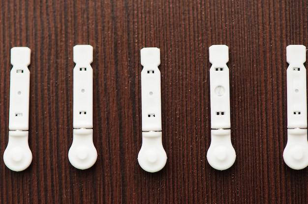 Ланцеты для инсулиновой ручки на деревянном фоне