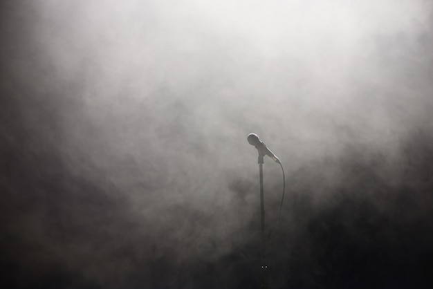 Микрофон на дымчатой дискотеке белого и черного фона