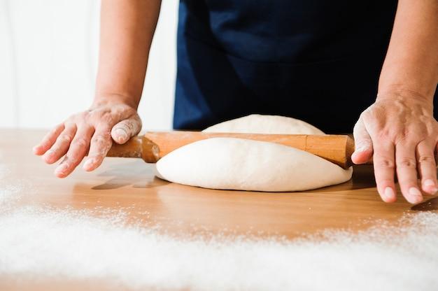 Шеф-повар готовит тесто. процесс приготовления, работа с мукой.