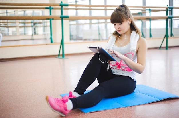 Молодая здоровая женщина отдыхает в фитнесе