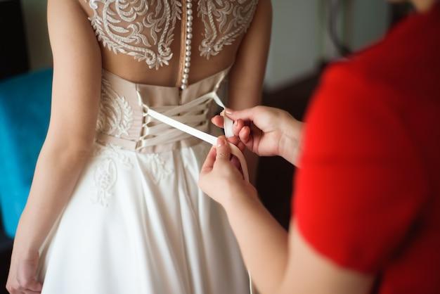 Свадебные детали невесты - белое свадебное платье для жены