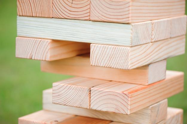 ブロック木製ゲームを閉じます。巨大な屋外ブロックゲーム。木製のブロックからの塔。