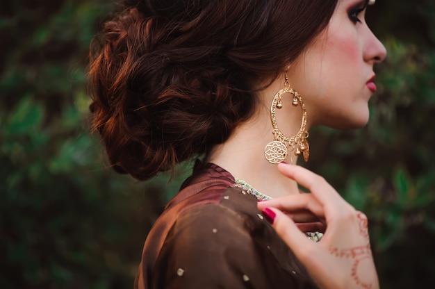 一時的な刺青は、インドの女性のヘナの結婚式のデザインの手をカバーしています