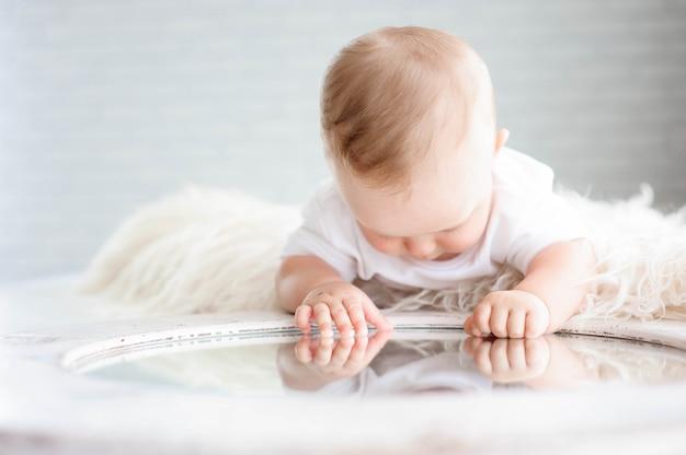 かわいい幸せな赤ちゃん