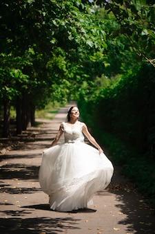 Высокий вид портрет красивой счастливой невесты
