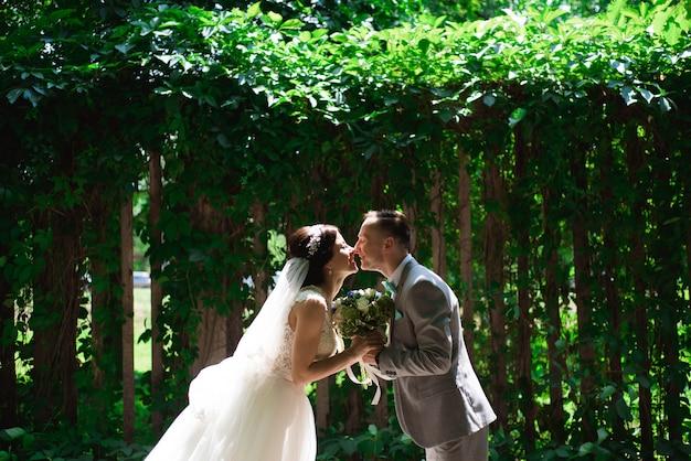結婚式の散歩で幸せな新郎新婦