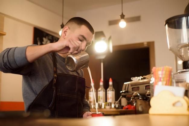 カプチーノを作るバリスタ、バーテンダーがコーヒーを飲む準備